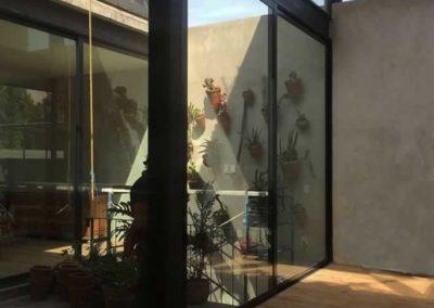 designalum-puertas-y-ventanas-jardin-interior