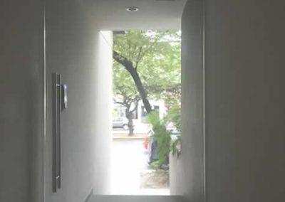 designalum-puertas-y-ventanas-pasillo