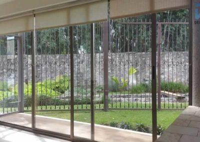 designalum-puertas-y-ventanas-vista-jardin